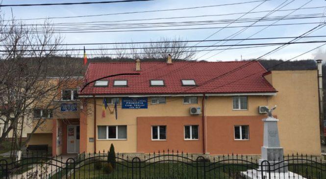 """""""Mândri că suntem români"""": Uelcăm tu primăria comunei"""